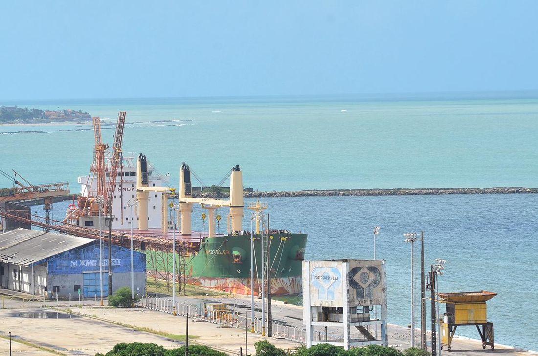 navio cargueiro shoveler é isolado no porto do recife